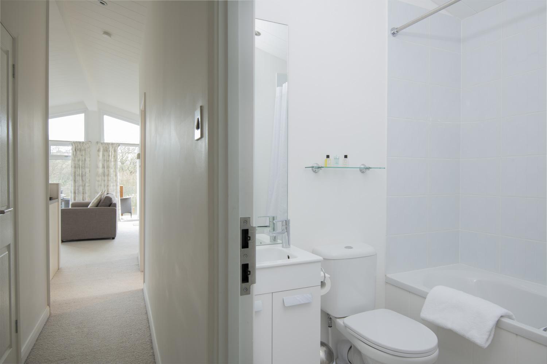 Lake Lodge 5- Bathroom