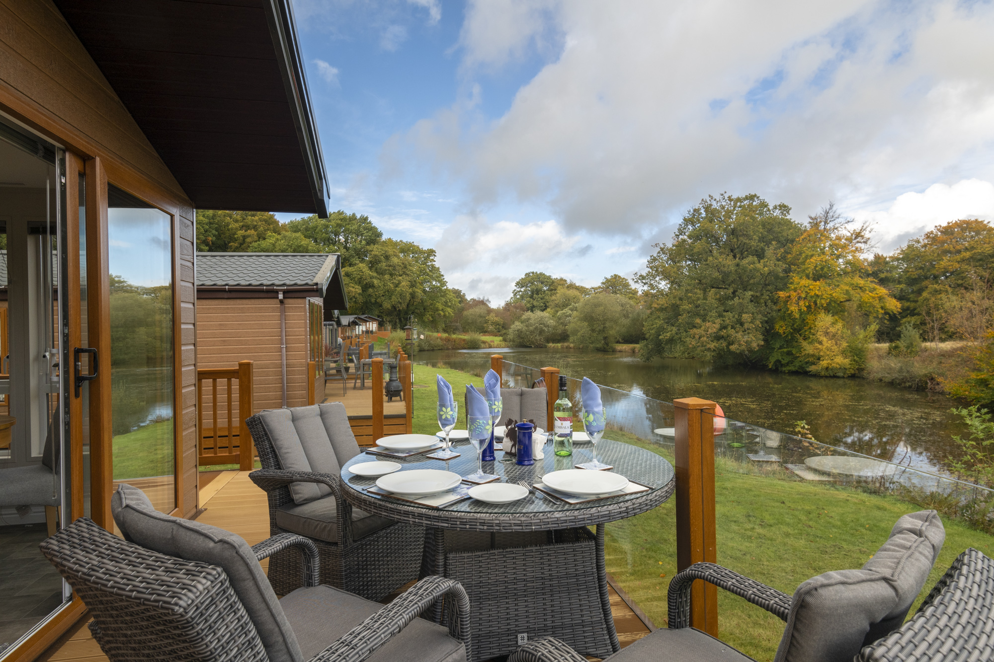 Alfresco dining at Lakeside Haven