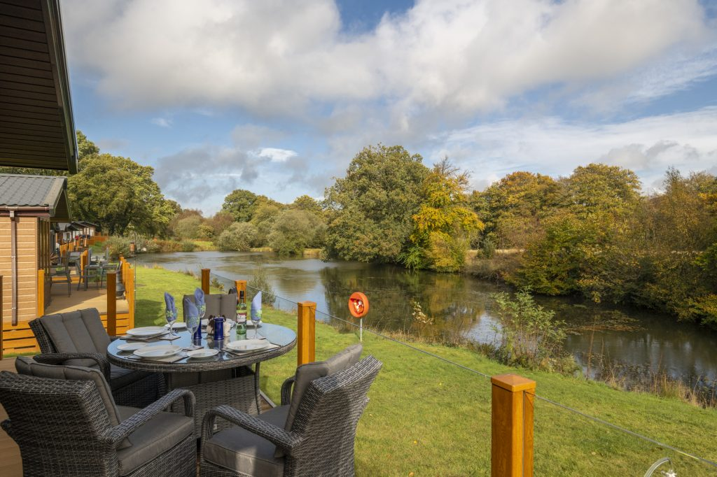 Alfresco dining overlooking the lake at Lakeside Haven